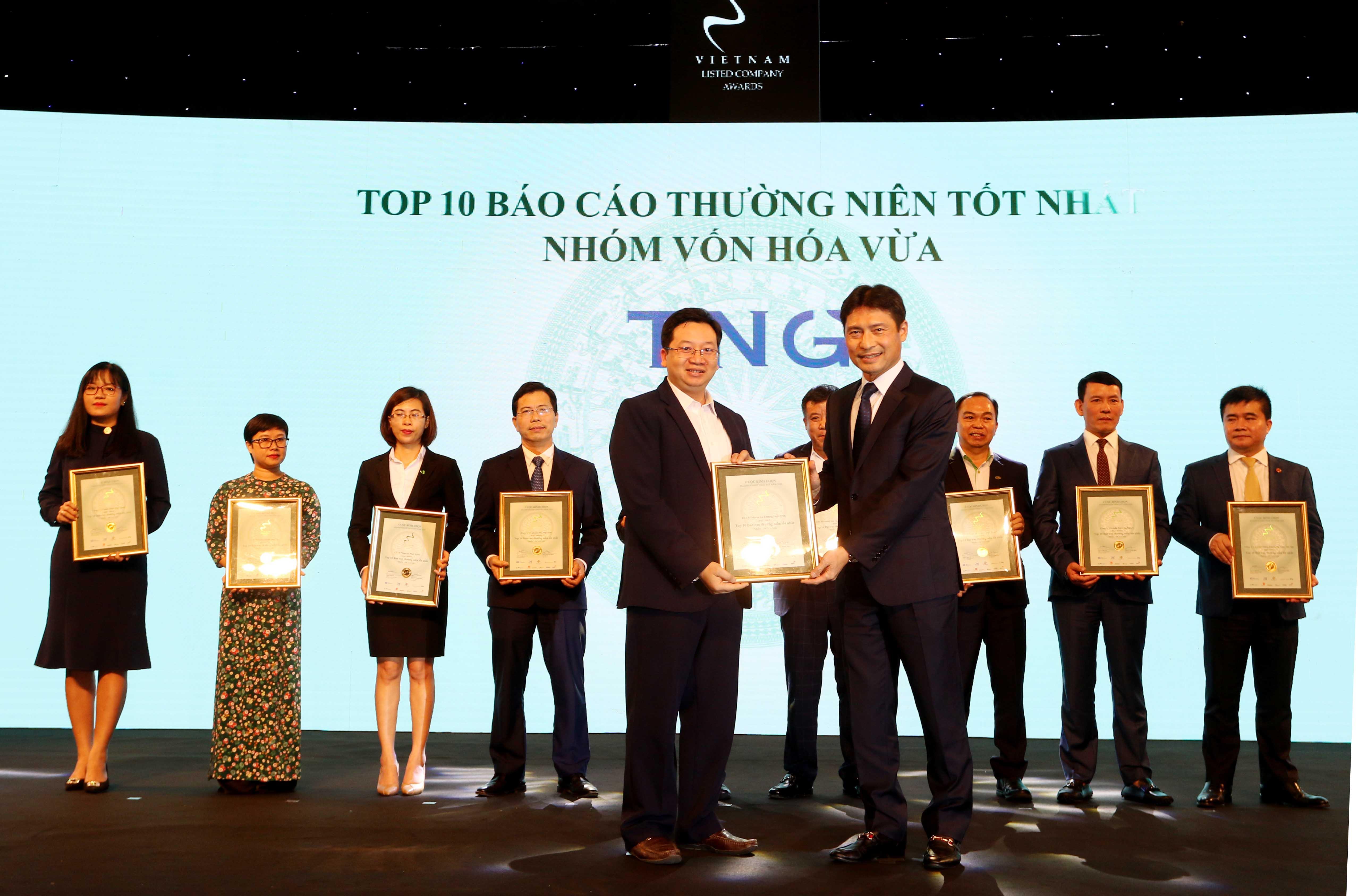 https://www.aravietnam.vn/wp-content/uploads/2020/12/15_Dại-diện-TNG-nhận-TOP-10-nhóm-vốn-hóa-vừa-có-BCTN-tốt-nhất..jpg