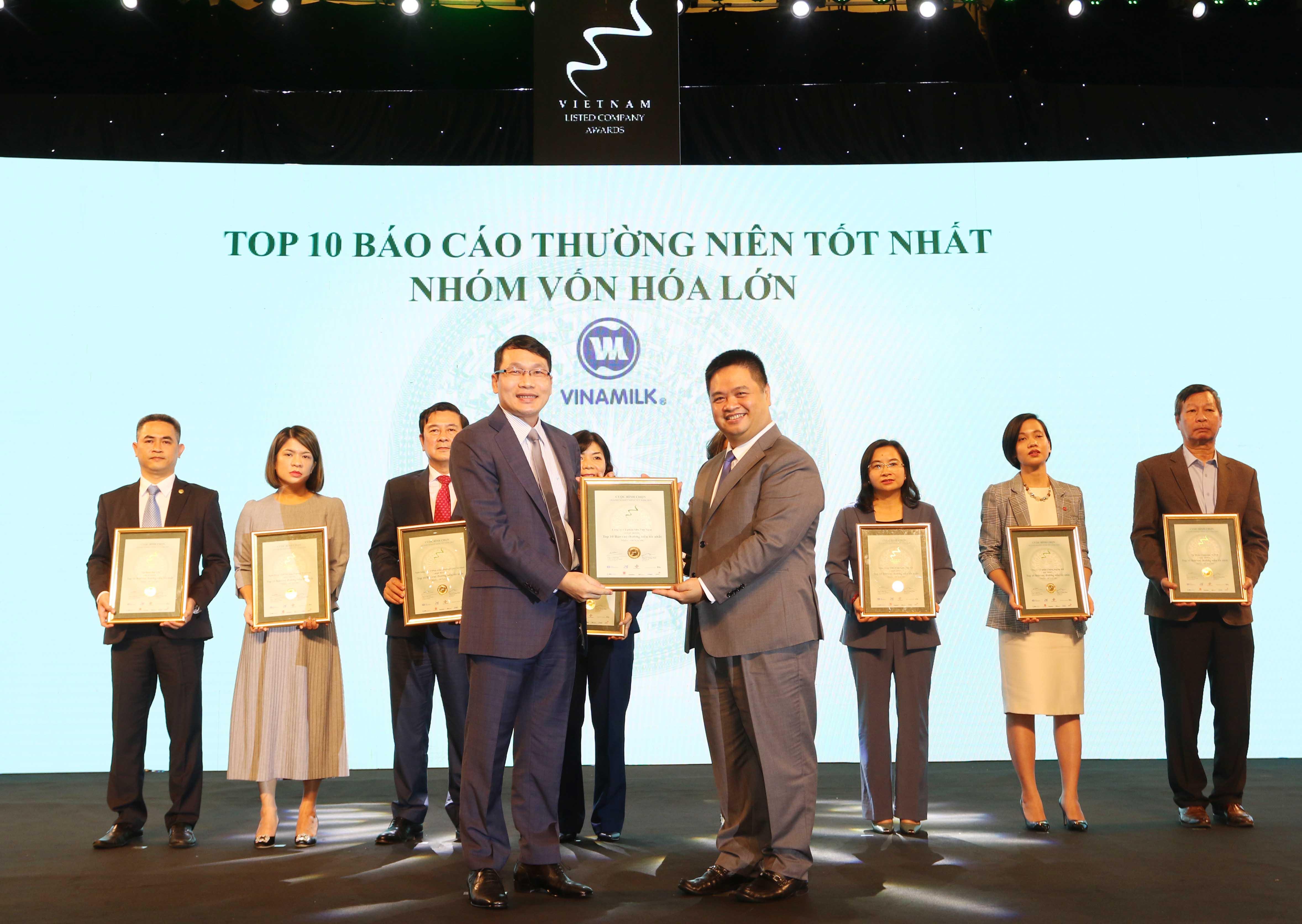 https://www.aravietnam.vn/wp-content/uploads/2020/12/35_Dại-diện-Vinamilk-nhận-TOP-10-DNNY-nhóm-vốn-hóa-lớn-có-BCTN-tốt-nhất.jpg