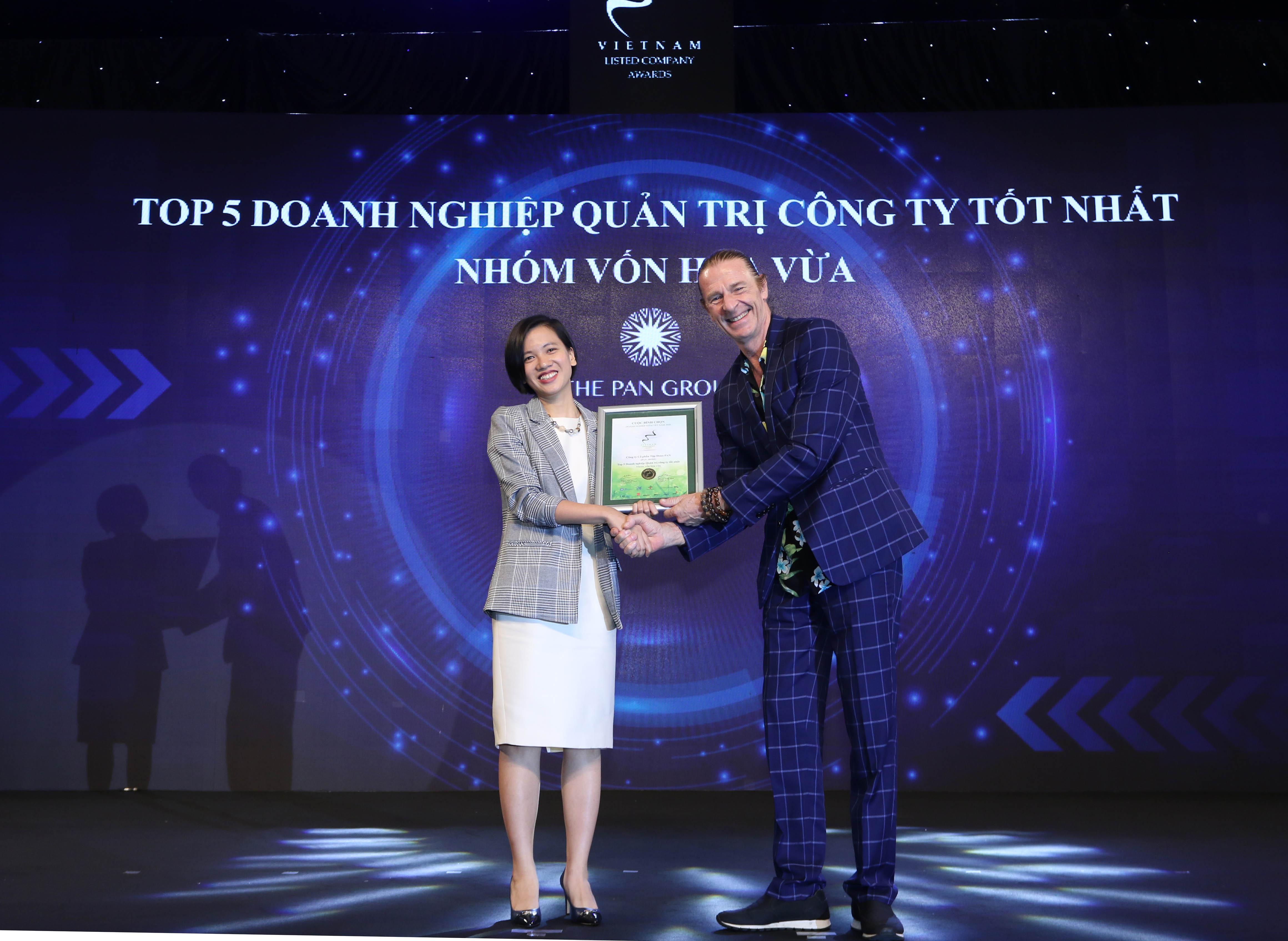 https://www.aravietnam.vn/wp-content/uploads/2020/12/50_49_Dại-diện-CTCP-Tập-Doàn-PAN-nhận-TOP-5-Doanh-nghiệp-quản-trị-công-ty-tốt-nhất-nhóm-vốn-hóa-vừa.jpg