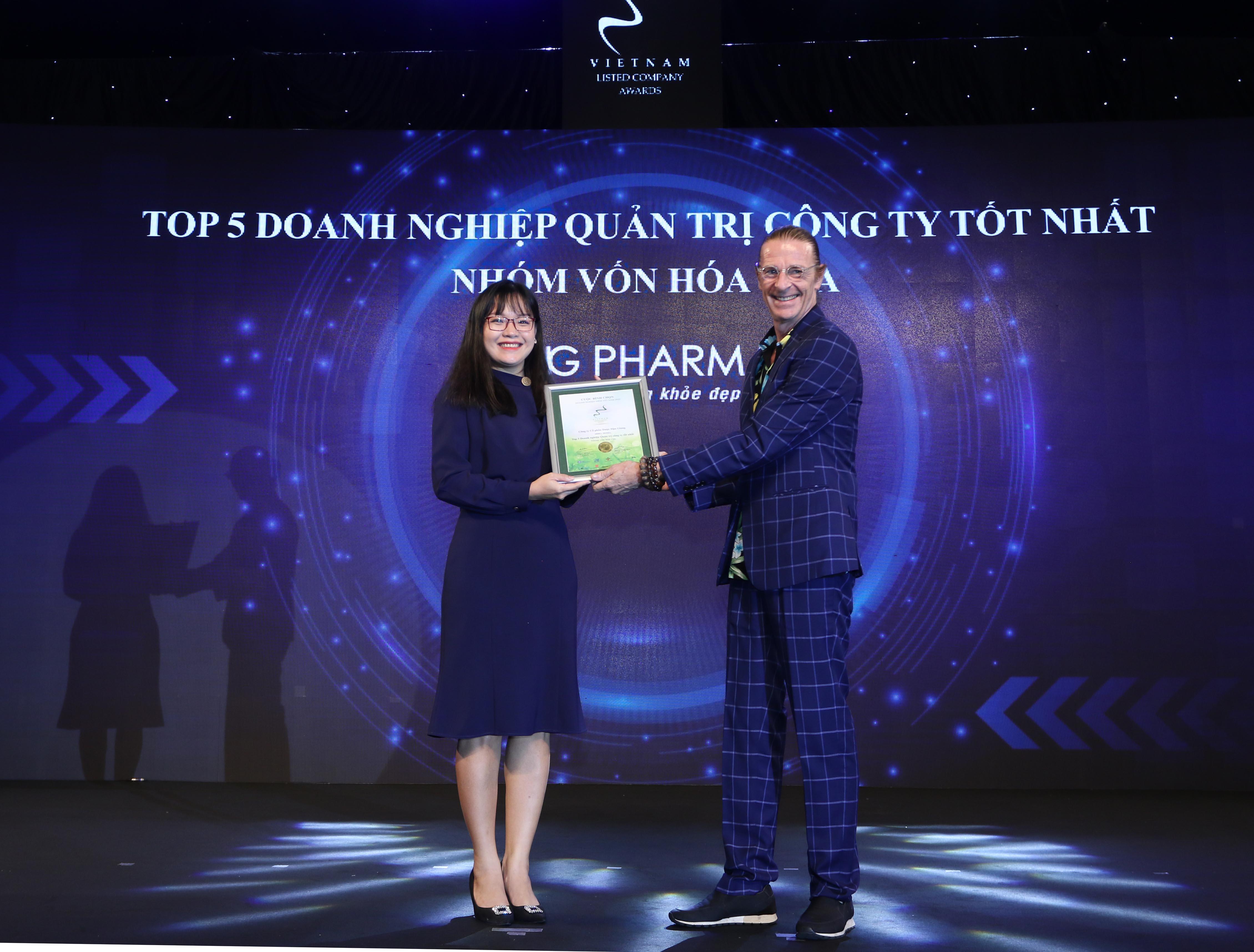 https://www.aravietnam.vn/wp-content/uploads/2020/12/53_Dại-diện-CTCP-Dược-Hậu-Giang-nhận-TOP-5-Doanh-nghiệp-quản-trị-công-ty-tốt-nhất-nhóm-vốn-hóa-vừa.jpg