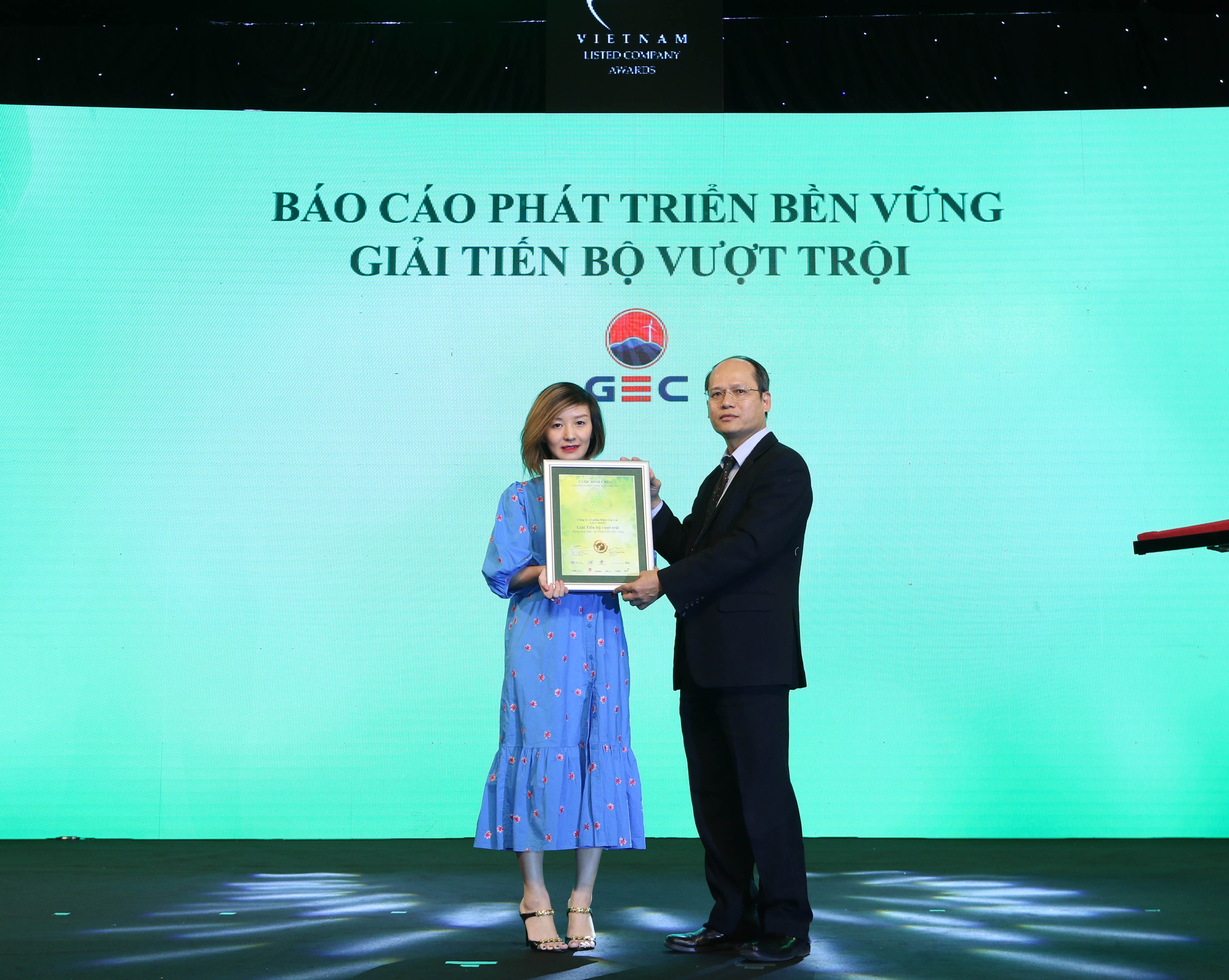 https://www.aravietnam.vn/wp-content/uploads/2020/12/56_Dại-diện-GEC-dón-nhận-giải-tiến-bộ-vượt-trội.jpg