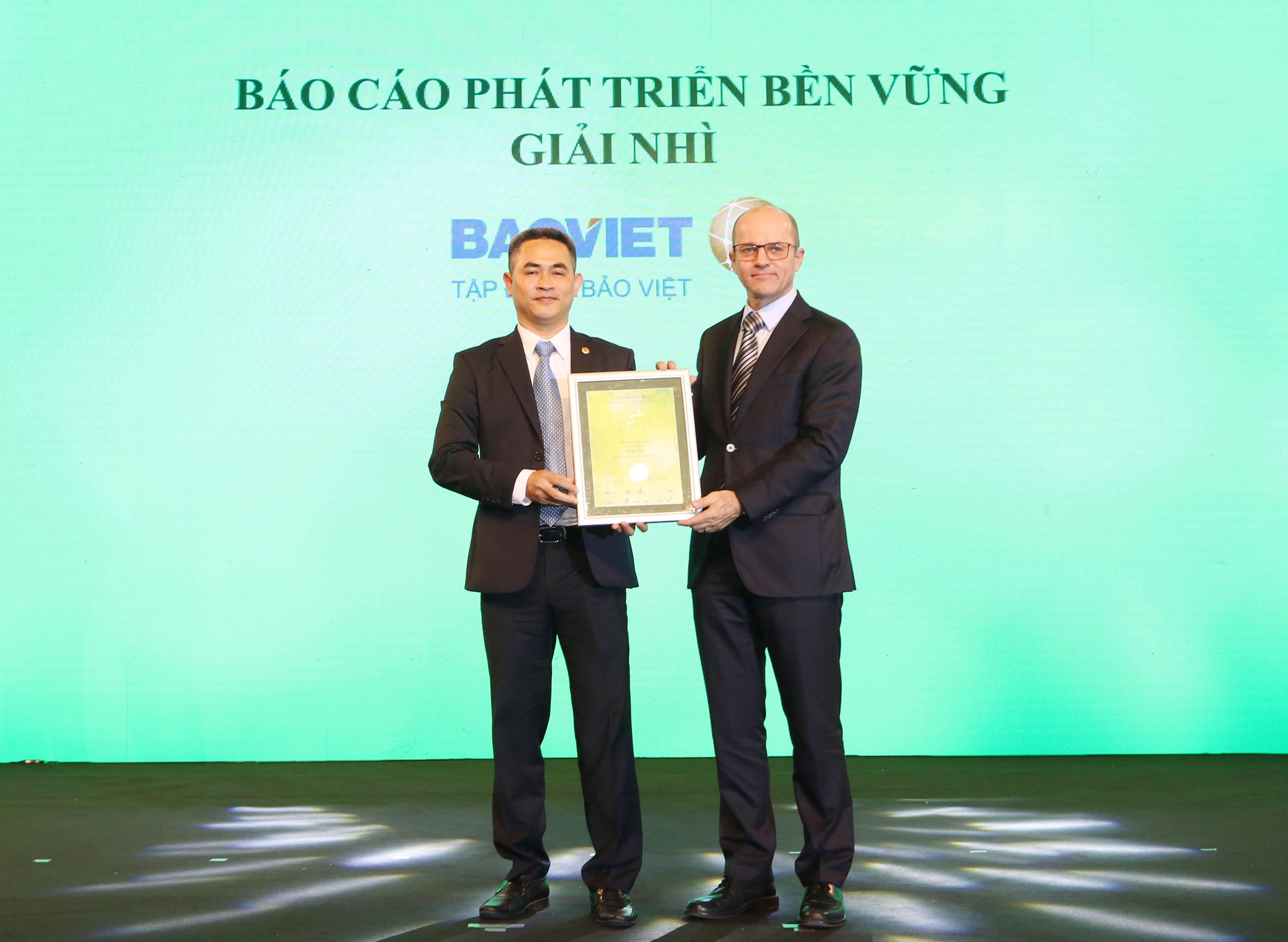 https://www.aravietnam.vn/wp-content/uploads/2020/12/62_Ông-Beat-Schuerch-Tổng-giám-dốc-Công-ty-Dragon-Capital-trao-giải-nhì-Báo-cáo-phát-triển-bền-vững-cho-Tập-doàn-Bảo-Việt.jpg